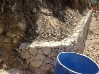 Réalisation d'un mur en pierre sèche du Pays, vue de l'arrondit